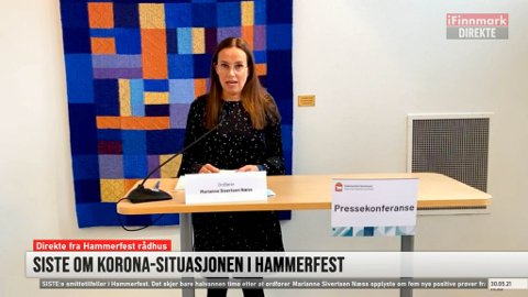 ORIENTERTE: Hammerfest-ordfører Marianne Sivertsen Næss under pressekonferansen om koronasituasjonen i Hammerfest søndag. Den ble også sendt på iFinnmark.no. Skjermdump