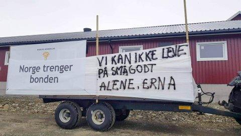 PROTEST: Laksefjord bondelag med sitt bidrag i protestbølgen etter at bøndene brøt med staten i jordbruksforhandlingene.