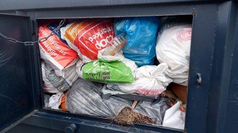 Søplet flyter over i containeren i Talvik. Området mangler tydelig søppelhåndtering mener lokale beboere.