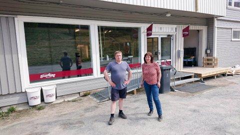 EIERE: Søsknene Annie og Knut Arne Mikalsen åpner fredag butikk i Langfjordbotn i Alta kommune.