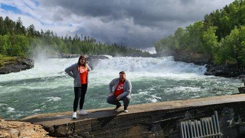 SOMMERPATRULJE I NORD: Hedda Salbu er faglig ungdomssekretær i LO Troms og Finnmark. Hun deltar på sin første sommerpatrulje i år. Her er hun sammen med den andre faglige ungdomssekretæren i LO Troms og Finnmark, Markus Gabrielsen.