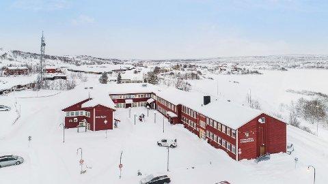 STORT KONTORBYGG: Et av de største kontorbyggene i Kautokeino er til salgs.