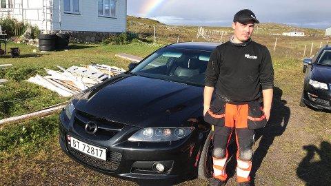 FIKK SKADER: Alf Johan Eriksen (21) foran sin Mazda  6MPS. Han skulle ønske veieier tok regningen for skaden som oppstod etter at bilen kjørte på en forkortet jernstand denne vinteren.