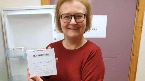 DE FØRSTE VAKSINEDOSENE: Vaksinekoordinator Lise Voktor viser fram de første dosene som kom til Harstad 5. januar.
