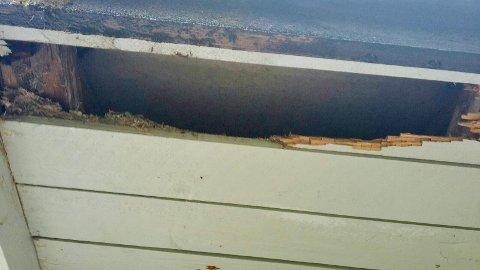 Bildet er av hull i taket ved soverom i den kommunale boligen.