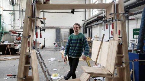 VILLE LAGE MØBLER: Allerede da dette bildet ble tatt, i 2016, ville Edvin Klasson (30) designe møbler. I dag har han flere serier som er snappet opp og produsert av norske møbelfirma.