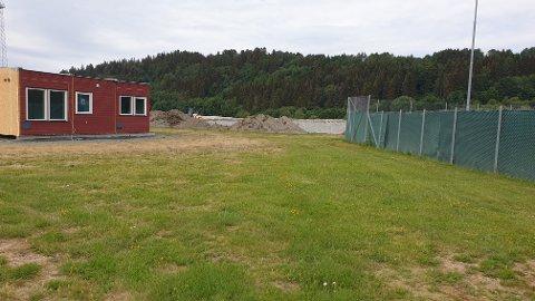 BRAKKE: Levanger kommune har satt opp en brakke ved tennisbanene på Moan.