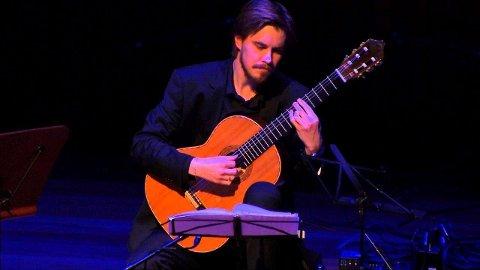 PÅ HJEMMEBANE: Jørgen Skogmo fra Skogn spiller klassisk gitar i Levanger fredag kveld, og tar også med seg Alf Wilhelm Lundberg.