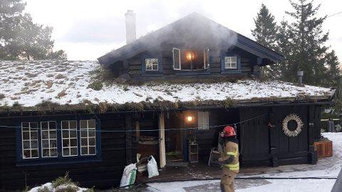 HYTTTEBRANN: Varm aske var årsaken til det begynte å brenne i en hytte på Giplingstranda i Framverran forrige fredag ettermiddag
