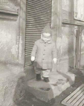 LITEN GUTT: Thorleif, den gang han het Helmut, fotografert utenfor besteforeldrenes hus i Sudet.