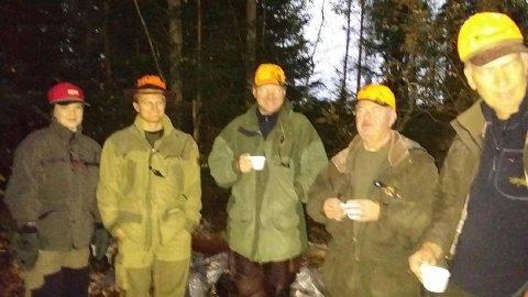 BLIDE FJES: Oppmøtet var godt og stemningen god da jaktmessa på Tangenmoen gikk av stabelen på Setskog i morgentimene lørdag. Foto: Privat
