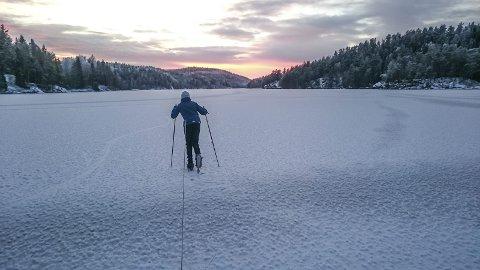 TOPP FORHOLD: Her er sønnen Eirik på vei utover isen med tau rundt livet en vakker ettermiddag i vinter. Foto: Privat