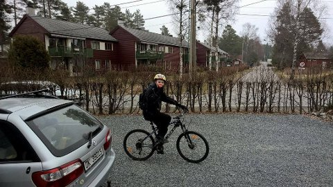 KOM TIL RETTE: Joachim Gillerdalen på sykkelen han arvet fra stebroren Odin. Natt til mandag ble den stjålet. Nå har den kommet til rette igjen.. FOTO: PRIVAT