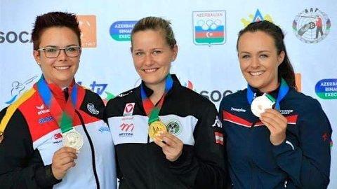 GLAD BRONSEVINNER: Sina Busk (t.h.) strålte som ei sol etter EM-bronse på halvmatch bak europamester Franziska Peer, Østerrike (i midten) og Lisa Müller, Tyskland. Foto: Privat