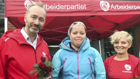 Fikk støtte: Lærer Anne Birgit Kalvik (midten) ønsker seg flere lærere. Nestleder Trond Giske i Ap lover mer til skole om partiets fanesak går gjennom. Til høyre: Sørum Aps Laila Durrani