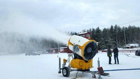 LAGER VINTER: Etter at Fet skiklubb fikk 200.000 kroner fra Trøgstad Brannkasse, har en ny snøkanon kommet på plass på Hvalstjern. Den blir et supplement til det eksisterende anlegget, og vil bidra til enda mer effektiv snøproduksjon.
