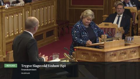 Måtte svare: Her stiller Sps Trygve Slagsvold Vedum spørsmål til statsminister Erna Solberg (H) om politisituasjonen i Indres distrikt. Skjermdump, Stortinget.no