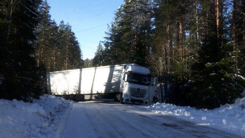Stengt: Det er ikke enkelt å komme forbi på Søndre Mangenvei nå. Foto: Øivind Eriksen