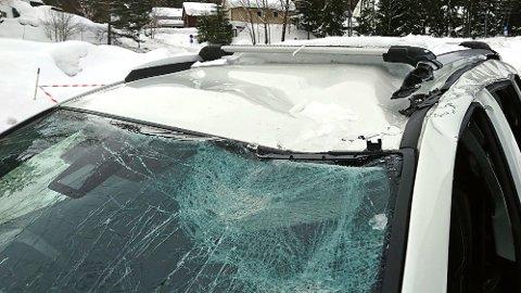 Takras kan forårsake store skader på biler som blir truffet. I noen tilfeller er skadene så store at det ikke lønner seg å reparere. Foto: Tryg Forsikring.