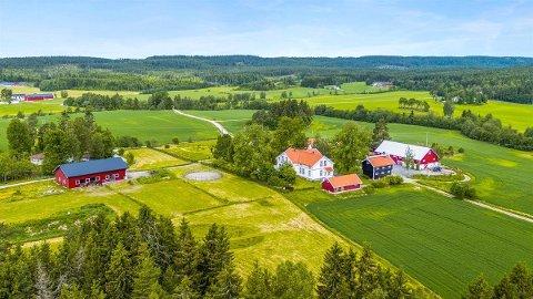 Idyllisk: Nordre Soprim gård i Søndre Høland er til salgs, stykket ogg eller hel.