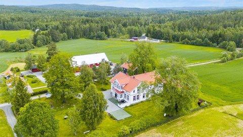 Våningshuset er fra 1890, og bygget i sveiserstil. Foto: Akriv Eiendom