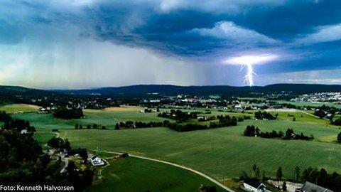 LYNNEDSLAG: Her slår det ned på Mangenskogen fredag kveld. FOTO: KENNETH HALVORSEN