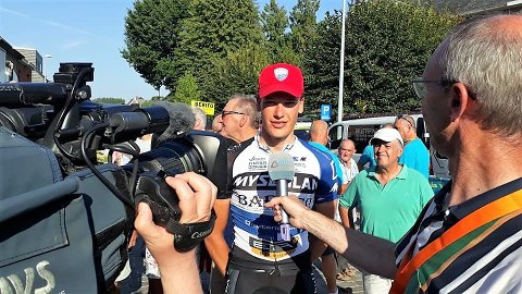 SEMIPROFF: Etter å ha signert for det norske semiprofflaget Joker, har Marius Wold fått en gylden mulighet til å utvikle seg videre som sykkelrytter. Her er bjørkelangingen i medienes fokus etter sin etappeseier i Ronde van Oost-Vlaanderen i Belgia i høst.