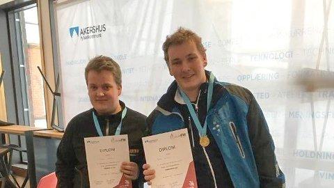 TIL TOPPS: Herman Løken Haugen (t.h.) og Thomas Ødegaard fra Kjelle videregående skole tok henholdsvis 1. og 2. plass i fylkesmesterskapet i tømrerfag.