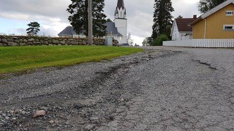 RUFSETE: Innkjøringen til Løken kirke er i ferd med å gå helt i oppløsning.