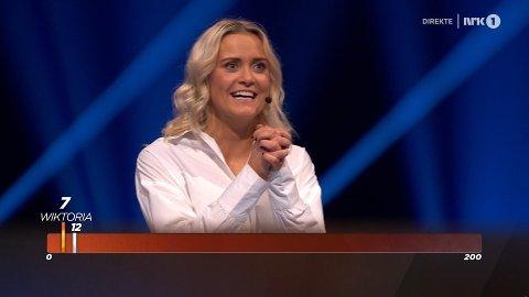 """Wiktoria Rønning fra Aurskog var gjennom store deler av følelsesregisteret da hun vant 47.000 kroner i programmet """"Alle mot 1"""" på NRK lørdag kveld. Skjermdump: NRK"""