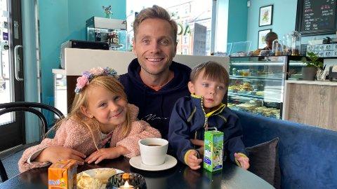 TRIVES I BYEN: Christian Landsverk trives godt i byen sammen med familien sin. Her sammen med bonusdatter Tiia Sophie (6) og sønnen Adrian (2).