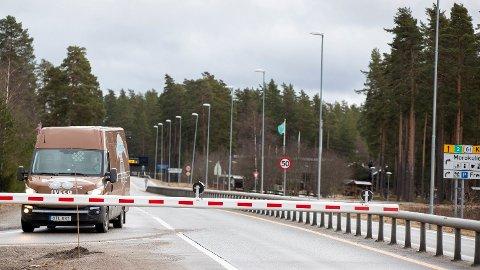 Tidligere i år kontrollerte politiet reisende ved riksgrensen. Bildet er tatt under en koronakontroll i mars 2020. I dag kontrolleres fremdeles utlendinger som vil inn i landet, men ikke nordmenn. Foto: Terje Pedersen (NTB scanpix)