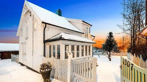 Huset ble bygget i 1938, og med sin glassveranda og karakteristiske, turkismalte port, ligger det som et lite landemerke ved Haldenveien.