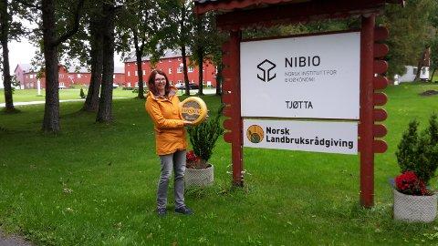KLOKKEKLART: Siv Helen N. Sigerstad holder opp Jarlsberg-klokken hun vant etter å ha vært den heldige av totalt ni personer som hadde svart riktig på alle spørsmålene fra kommunen.