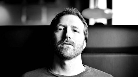 GJESTER SANDNESSJØEN: Thom Hell er en av Norges mest produktive artister og i august kommer han til Kulturbadet.