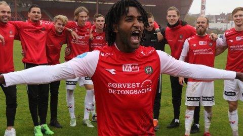 JUBEL: Sander Ystanes og resten av brynespelarane feirar sigeren over Nardo, som la grunnlaget for spel i 2. divisjon neste sesong. Utanfor banen er det også framgang, melder klubblisensnemnda.