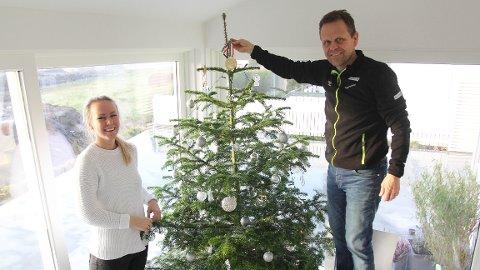 GULL I TOPPEN: Etter EM i 2014 ble juletreet hos familien Hergeirsson ekstra fint med gullmedalje i toppen. Sunniva Thorisdottir hjalp faren med å få den på plass.