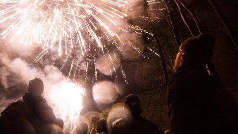 NYTTÅRSAFTEN: Mange jærbuer gikk ut for å kikke på fyrverkeriet natt til fredag.
