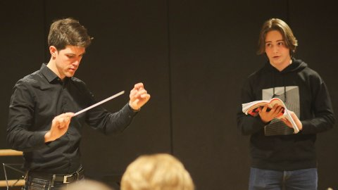 Dirigent  Christopher McMullen-Laird og solist Nikolai Holmen (13, snart 14) frå Orstad.