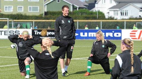 Klepp-trener Jon Pall Palmason flankert av Linn Merethe Thune (t.v.) og Therese Sessy Åsland.