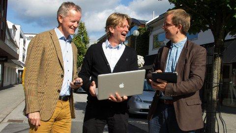 SURFING I STORGATA: I dag er det mulig å klikke seg inn på www.bryne.no og få informasjon om det meste som rører seg på Bryne. Bjørn Hagerup Røken (til høyre) i Lokmotiv Media har utviklet nettsiden, som er et samarbeid mellom Brynebyen, ved Christian Stabel og Brynes Vel, ved Olav Hetland (til høyre)