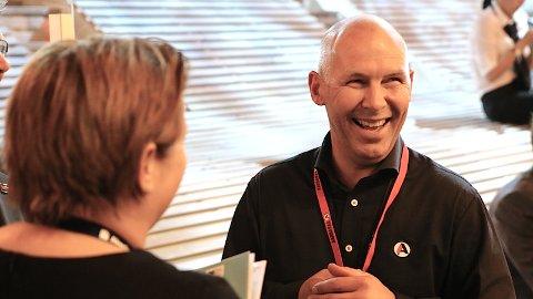 Gründeren og selgeren Inge Brigt Aarbakke trives med mye folk og røre rundt seg.