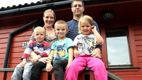 Kirsten Kvitvær Leidland og Øyvind Kvitvær Leidland, med barna Amund (2 1/2), Elias (5 1/2) og Eilén (4 ), skal jobba gratis på ein skule og barneheim i Honduras.