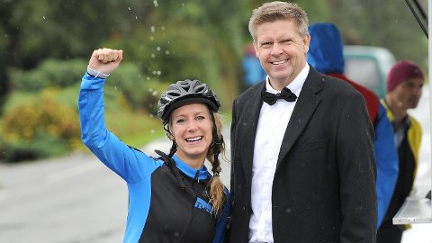 Ida Jaarvik Hetland jublet for 15.000 kroner til hjelpefondet sitt. Marton Digernes, leder i Bryne CK, var glad for at klubben måtte ut med full pott.