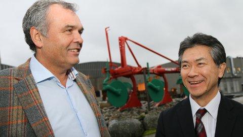 SJEFSSKIFTE: Japanaren Dai Watanabe (til høgre) blei måndag ny konsernsjef i Kverneland Group. Her er han saman med avtroppande konsernsjef, Ingvald Løyning.