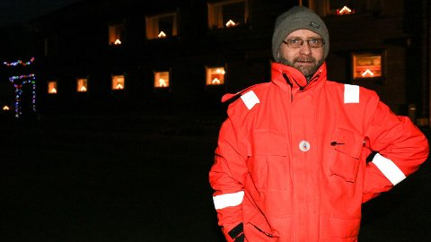 LYSPYNT: Jonny Hegre har eit hus med mange vindauge. Kvart vindauge har sin adventsstake.
