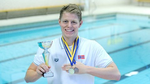 Erik Årsland Gidskehaug viser fram pokal- og medaljefangsten fra nordisk mesterskap.