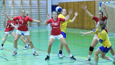 Sissel Obrestad (f.v.), Olaug Iren Lode, Ann Mari Undheim og Marianne Mellemstrand Bore i forsvar mot Hundvåg torsdag kveld.
