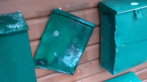 Postkassen som ble sprengt på Varhaug flærret opp i flere metallbiter og etterlatte seg skader på en bil som stod parkert i gaten.