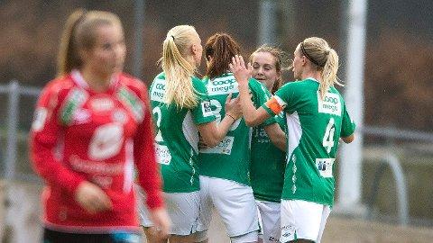 Hege Hansen (nummer to fra høyre) har gitt Klepp ledelsen mot gamle lagvenninner, og gratuleres av Maria Thorisdottir (f.v.), Katrin Asbjørnsen og Gry Tofte Ims.